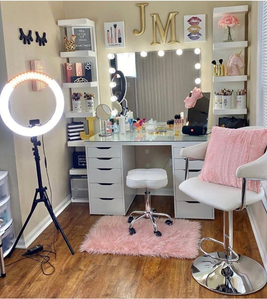 makeup organiser with chair